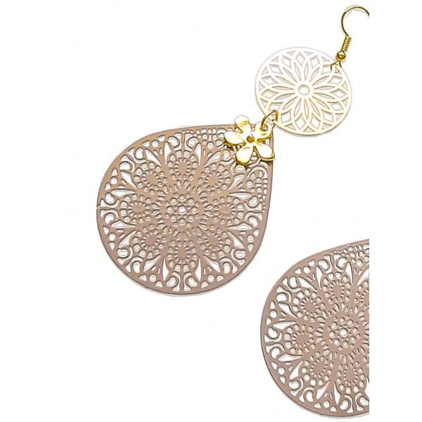 Μακριά σκουλαρίκια σε ρόζ-χρυσό και καφέ χρώμα.